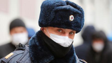 Руски полицай патрулира със защитна маска, Санкт Петербург, 3 април 2020 г.