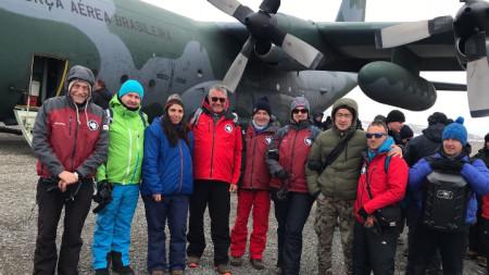 Българските антарктици от 26-ата експедиция на остров Ливингстън.
