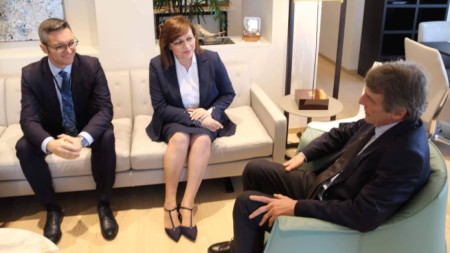 Корнелия Нинова разговаря в Брйксел с председателя на Европейския парламент Давид Сасоли (вдясно)