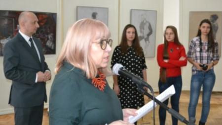 """Директорката на Националната гимназия за приложни изкуства """"Свети Лука"""" Лилия Балева и присъстващите гости при откриването на изложбата по проекта """"Балкански посоки"""" в галерията на училището"""