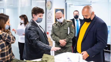 Борисов и проф. Мутафчийски посетиха фирмата в София, която произвежда защитни облекла за медицински персонал