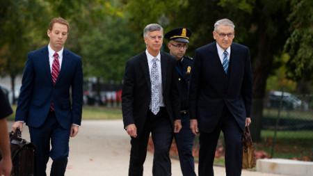 Посланикът на САЩ в Украйна Бил Тейлър (в средата) при пристигането си за изслушване Конгреса