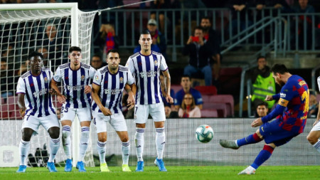 Лео Меси бележи третия гол за Барса.