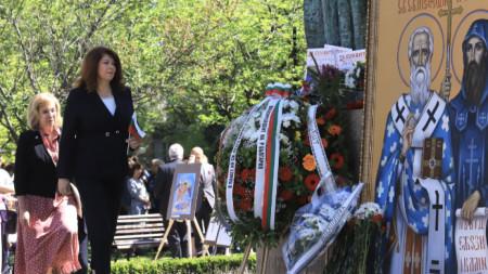 Вицепрезидентът Илияна Йотова положи цветя на паметника на светите братя Кирил и Методий в София.
