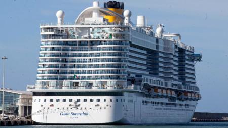 Близо 7000 души заедно с екипажа са блокирани на круизния кораб.