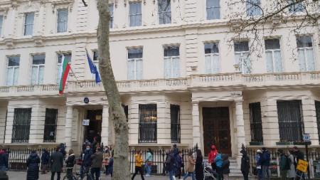От сутринта се извиха опашки от желаещи да гласуват на парламентарните избори в посолството ни в Лондон.