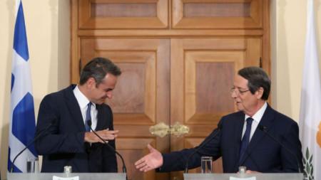Президентите на Гърция Кириакос Мицотакис (вляво) и на Кипър Никос Анастасиадис на пресконференция след срещата им в Никозия.