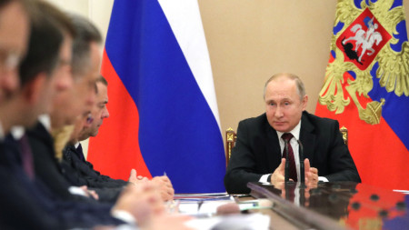 Владимир Путин ръководи заседание на членове на правителството в Кремъл.