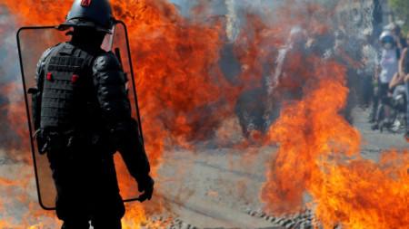"""Коктейл """"Молотов"""" експлодира пред служител на френската жандармерия в Нант на протеста на """"жълтите жилетки"""" в събота."""