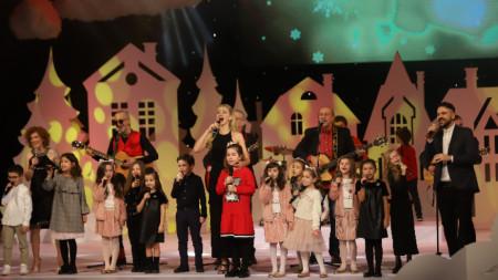 На сцената на Народния театър излязоха любими български музиканти, спортисти, актьори и журналисти, за да подкрепят благородната кауза.