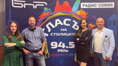 """Рая Иванова (вляво) и Виктор Кирков (първият вдясно) с екипа на """"Ритъмът на столицата"""