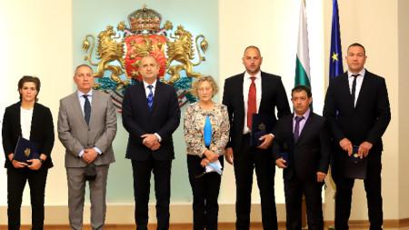 Румен Радев с наградените спортни личности и министър Андрей Кузманов.