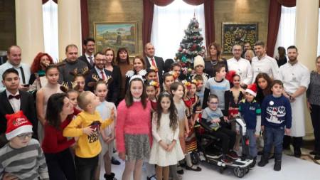 """Украсяването на коледното дърво в президентската институция е част от кампанията """"Българската Коледа"""", която се провежда под патронажа на държавния глава."""
