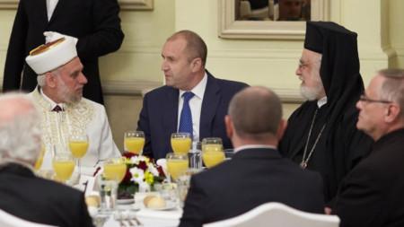 Президентът Румен Радев бе домакин на тържествената вечеря ифтар по случай началото на свещения за мюсюлманите месец Рамазан.