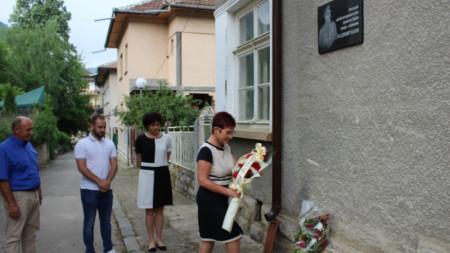 Кметът на Тетевен Мадлена Бояджиева поднася цветя пред паметната плоча на ген. Владимир Вазов, 20 май 2020 г.