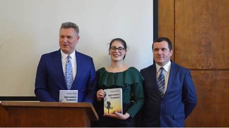 Rexhep Hoti, Magdalena Dimitrova dhe prof. Anton Panchev gjatë promovimit të librit në Universitetin e Sofjes.