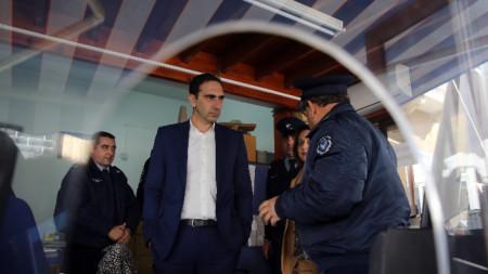 Кипърският здравен министър Константинос Йоану инспектира контролен пункт между двете части на Кипър.