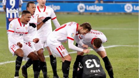Футболистите на Севиля поздравяват вратаря Буну за спасената дузпа.