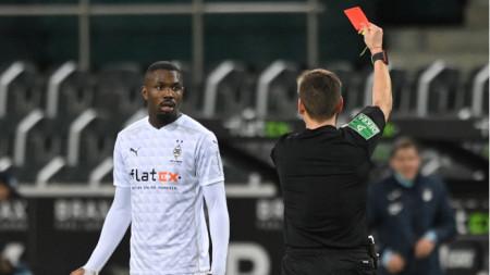 Маркус Тюрам получава червения картон за постъпката си.
