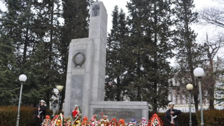 """На това място на 6 февруари 1878 г. жителите на Бургас  посрещат  """"Летящия отряд"""" на полковник Лермонтов."""