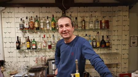 Георги Матеев в ресторанта, когато дори и през ум не му е минавало, че бизнесът му ще бъде принудително затворен