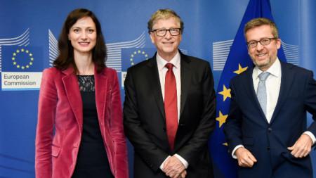 Мария Габриел с Бил Гейтс и еврокомисаря за изследвания, наука и иновации Карлош Моедаш.