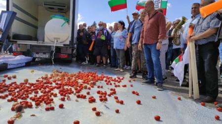 Протестиращите изляха мляко и хвърлиха зеленчуци и плодове на пътя.