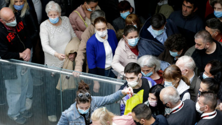 Опашка за Covid ваксиниране в търговския център Usce в Белград, 6 май 2021 г. Сърбия прилага тактика, с която да накара населението да се инжектира, като организира пунктове за ваксинация в търговските центрове и с обещано плащане от 25 евро за всички ваксинирани преди края на май 2021 г.