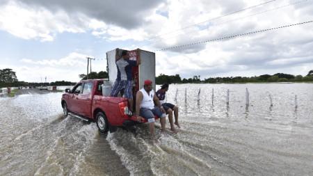 Хиляди бяха евакуирани заради тропическата буря Гама