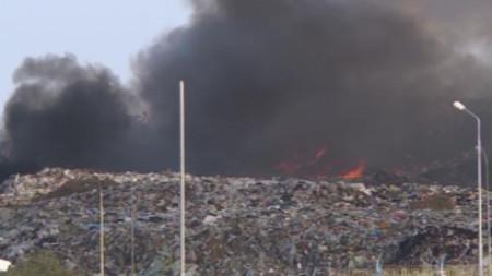 Кадър от БНТ показва сметището на Русе след пламването на пожара в събота.