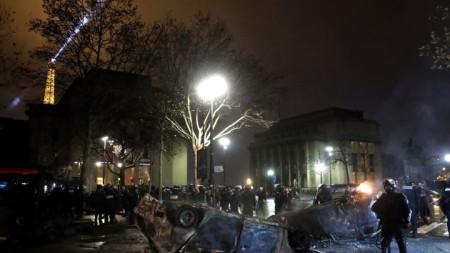 Изгорели коли на фона на Триумфалната арка в Париж при сблъсъци на полицията и и протестиращи миналия уикенд.