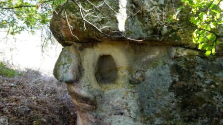 Profil des Häuschens mit den Nischen – anthropomorphe Figur, Gemeinde Newestino in Region Kjustendil