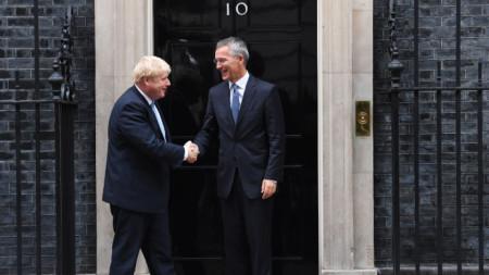 Великобритания обяви, че замразява военния износ за Турция в деня, когато шефът на НАТО Йенс Столтенберг разговаря в Лондон с британския премиер Борис Джонсън.