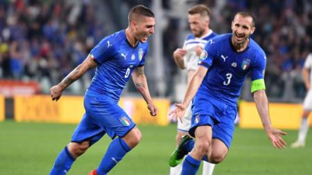 Марко Верати (вляво) току-що е отбелязал победния гол за Италия.