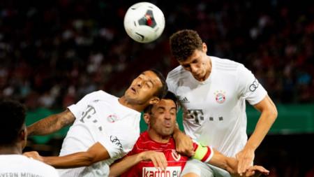 Рангелов (с червен екип) се бори за топката с Павар (вдясно) и Тиаго.