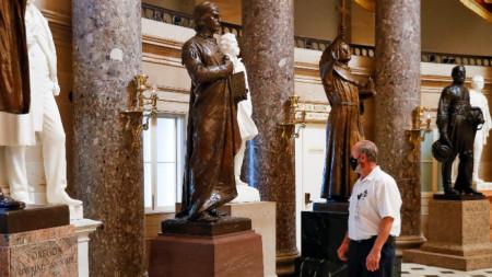 Архитект инспектира за повреди в Залата на статуите на Капитолия във Вашингтон, сутринта на 7 януари 2021 г.