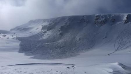 Локализираното място е в района на огромна лавина,