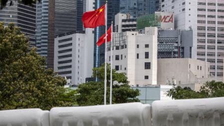 Знамето на Китайската народна република и знамето на Хонконг се веят в двора на Законодателния съвет в Хонконг, Китай, 30 март 2021 г.