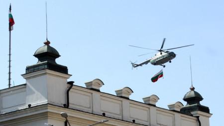 Тази година няма да има хеликоптер, от който да се спуска българското знаме на парада на 6 май.