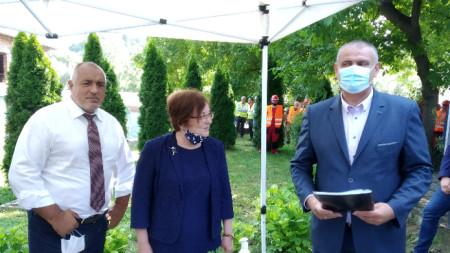 Борисов с кмета на Троян Донка Михайлова и с Георги Терзийски, председател на УС на АПИ.