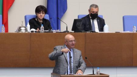 Емил Димитров дойде изненадващо в парламента, за да предупреди за надвисналата криза.