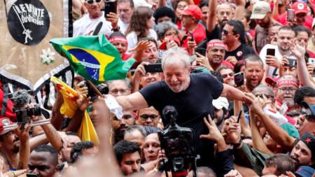 Привърженици на експрезидента Лула да Силва го носят на раменете си в Сао Бернардо до Кампо, Бразилия, след като той бе освободен от затвора в петък.