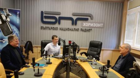 """Христо Казанджиев (вдясно) и Еленко Божков (вляво) в студиото на """"Неделя 150"""" с водещия Явор Стаматов."""