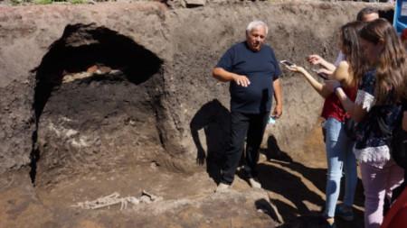 Vasil Nikolov frente a las tumbas descubiertas en el asentamiento neolítico temprano de Slátina