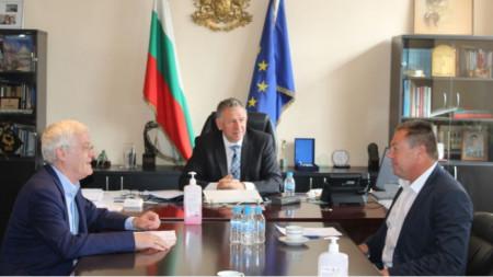 El Prof. Petko Salchev (i.), el ministro interino de Sanidad, Stoycho Katsarov (c.), y el Dr. Iván Madzharov
