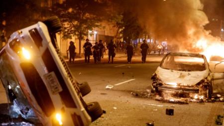 Запалени автомобили по време на масови протести във Вашингтон близо до Белия дом
