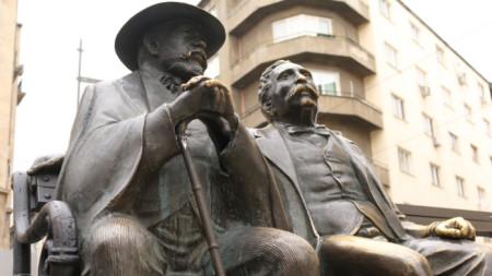 Емблематичните фигури на Пенчо и Петко Славейкови в София са дело на Георги Чапкънов.
