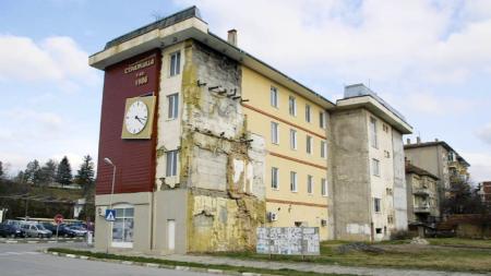 Am 7. Dezember 2010 wurde auf einem Gebäude in Strazhiza, das absichtlich die Spuren der Naturkatastrophe von 1986 aufbewahrt, eine schiefe Uhr angebracht, deren Zeiger exakt die Zeit des Erdbebens anzeigen.
