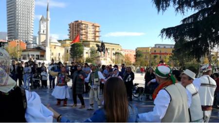 Une danse folklorique bulgare de représentants des Bulgares d'Albanie et de délégués à la Rencontre mondiale des medias bulgares à Tirana (22-25.11.2019)
