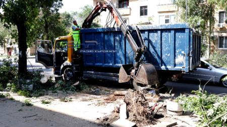 Разчистването на щетите от бедствието продължава.